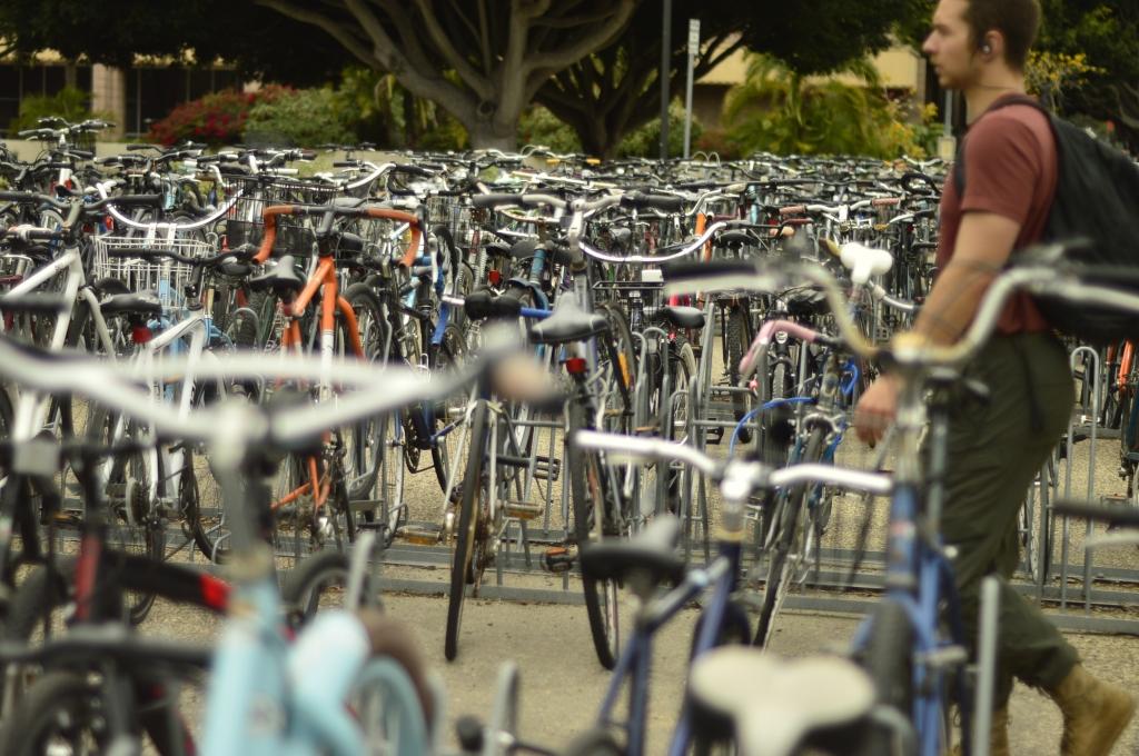 Biciestacionamiento en las universidades de California en Estados Unidos.