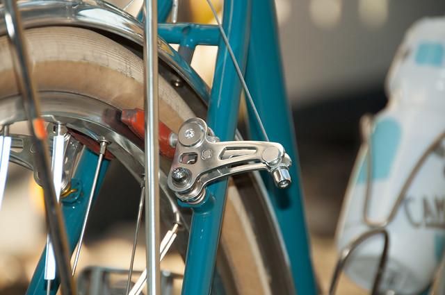 Las salpicaderas cromadas, llantas anchas y cuadros de acero son una combinación perfecta para usar frenos cantilever.