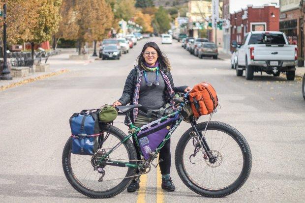 Karla y su bicicleta, configuración para bikepacking