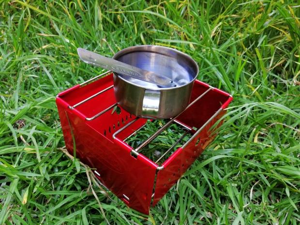 Puedes colocar una lata de alcohol sólido o un mechero de gas butano o propano para calentar o cocinar alimentos.