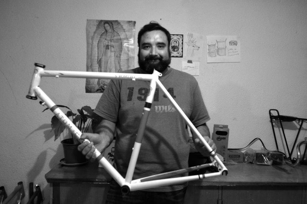 Wladimir, el chileno que construye bicicletas a mano en México.